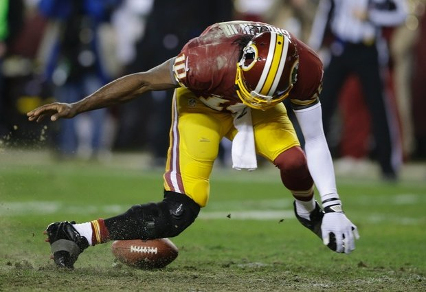 El momento en que Robert Griffin III pierde el balón, se le traba la pierna y se termina por lesionar. Momento clave de la derrota de los Redskins ante los Seahawks.