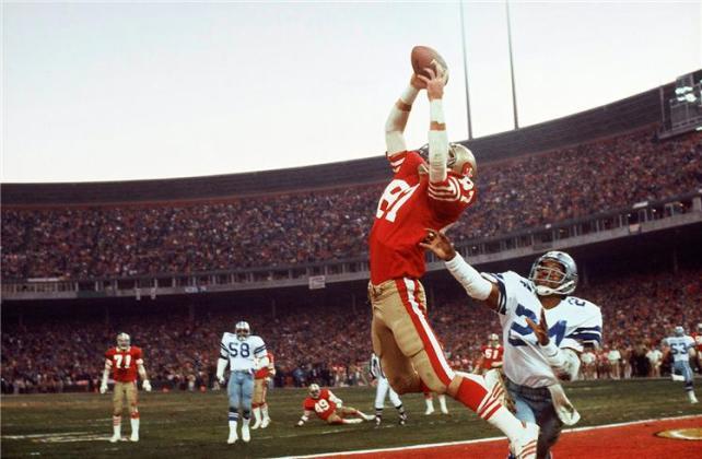 """Simplemente, """"The Catch"""". Dwight Clark ya atrapó el balón para darles a los 49ers en Candlestick Park el primer título de la NFC y los pasajes al Super Bowl."""