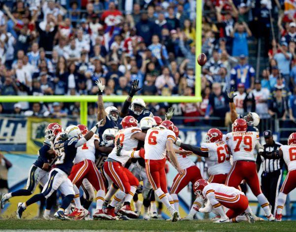 El pateador Ryan Succop (6) falla el gol de campo que hubiera eliminado a los Chargers y entregado los boletos a los Steelers. El intento debió repetirse pero los árbitros cometieron un grave error.