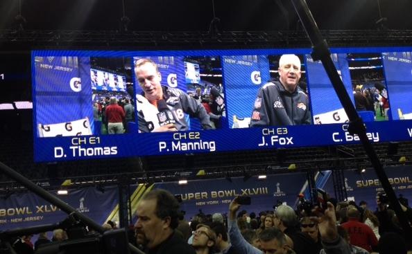 Por la pantalla principal se le anuncia a los hinchas por cual canal de audio pueden escuchar a los jugadores y entrenadores.