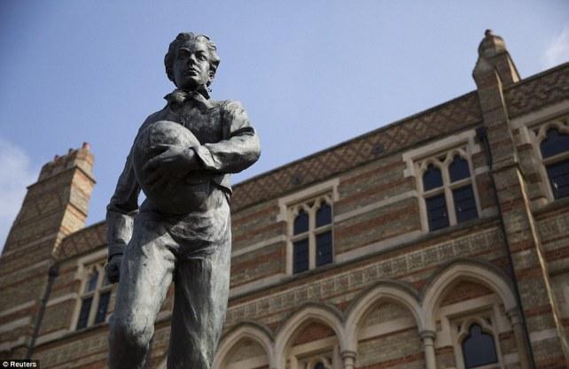 La estatua dedicada a Webb Ellis en el colegio de Rugby.