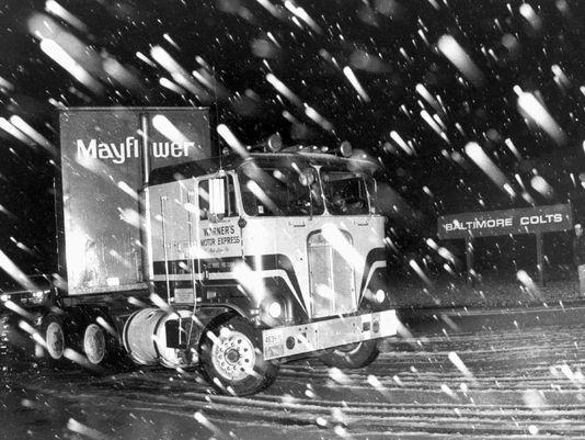 Quince camiones de la empresa Mayflower se llevaron todas las cosas desde las dependencias de los Colts en Baltimore para trasladarlas a Indianápolis. Fue a oscuras, en secreto, durante la madrugada del 29 de marzo de 1984.
