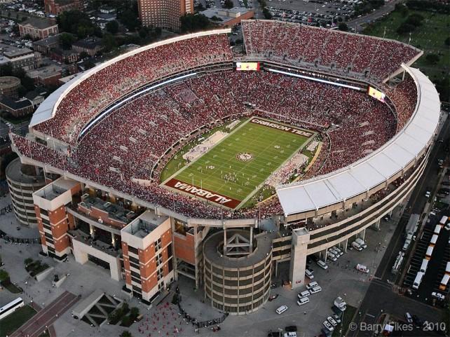 """El Estadio Bryant–Denny, en Tuscaloosa, es la casa de los """"Crimson Tide"""". Recibe 100 mil espectadores en cada partido de Alabama."""