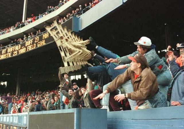 Ultimo partido de los Browns en Cleveland, en la temporada de 1995. Furiosos hinchas rompieron y quemaron los asientos del viejo Estadio Municipal.