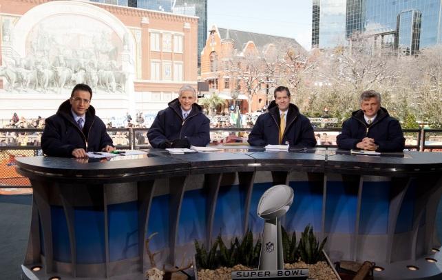 La cobertura de ESPN Deportes en el Super Bowl XVL en Dallas. A la izquierda aparece Ciro Procuna, luego Raúl Allegre, Alvaro Martin y John Sutcliffe.