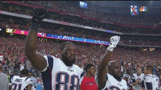 """Martellus Bennett y safety Devin McCourty de los Patriots se manifiestan con el saludo de las """"Panteras Negras""""."""